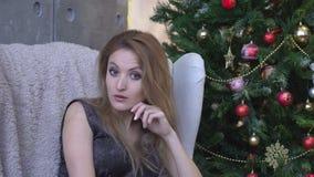 Mujer joven que sacude la cabeza para rechazar, no, en fondo del árbol de navidad almacen de metraje de vídeo