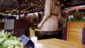 Mujer joven que sale del café almacen de video