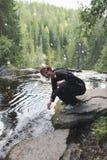 Mujer joven que salpica el agua Foto de archivo libre de regalías