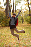 Mujer joven que salta en el aire Foto de archivo libre de regalías