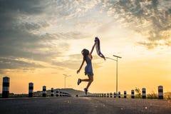 Mujer joven que salta y que siente libremente fotografía de archivo
