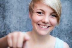 Mujer joven que señala con el dedo Fotos de archivo libres de regalías
