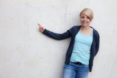 Mujer joven que señala con el dedo Fotografía de archivo libre de regalías