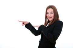 Mujer joven que señala el anuncio Imágenes de archivo libres de regalías