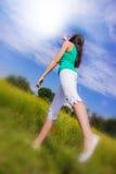 Mujer joven que señala en el cielo Fotografía de archivo