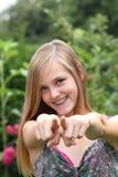 Mujer joven que señala sus fingeres en la cámara Foto de archivo libre de regalías