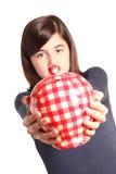 Mujer joven que se coloca con el rectángulo de dinero Fotos de archivo libres de regalías