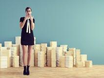 Mujer joven que se coloca delante de los libros de la pila Concepto de la educación Imagen de archivo