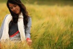Mujer joven que se coloca en otoño foto de archivo libre de regalías