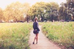 Mujer joven que se coloca en prado Fotografía de archivo libre de regalías