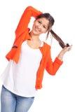 Mujer joven que se coloca y que juega con el pelo Imagen de archivo