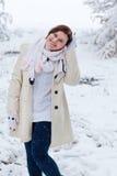 Mujer joven que se divierte con nieve el día de invierno Foto de archivo libre de regalías