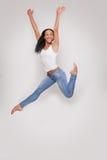 Mujer joven que se divierte que salta en estudio Fotos de archivo libres de regalías