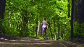 Mujer joven que se ejecuta en el parque
