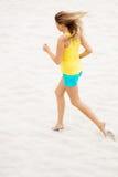 Mujer joven que se ejecuta en la playa Fotos de archivo libres de regalías