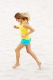 Mujer joven que se ejecuta en la playa Imagen de archivo libre de regalías