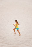 Mujer joven que se ejecuta en la playa Imágenes de archivo libres de regalías