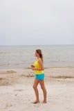 Mujer joven que se ejecuta en la playa Fotografía de archivo libre de regalías