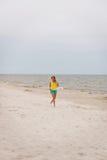 Mujer joven que se ejecuta en la playa Fotografía de archivo
