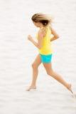 Mujer joven que se ejecuta en la playa Fotos de archivo