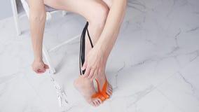 Mujer joven que se hace que graba los pies para el tratamiento de estirar almacen de metraje de vídeo