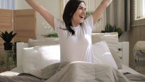Mujer joven que se levanta por mañana y estirar almacen de metraje de vídeo