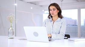 Mujer joven que se pregunta que gesticula choque en el trabajo, asombroso almacen de metraje de vídeo