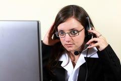 Mujer joven que se prepara para el trabajo del puesto de informaciones Imagen de archivo libre de regalías