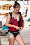 Mujer joven que se prepara para ir a paddleboarding Imágenes de archivo libres de regalías