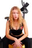 Mujer joven que se reclina después de entrenamiento Imágenes de archivo libres de regalías