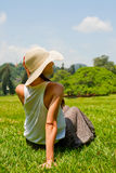 Mujer joven que se reclina en el parque Imagen de archivo