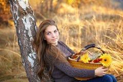 Mujer joven que se reclina en otoño Imágenes de archivo libres de regalías
