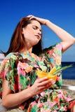 Mujer joven que se reclina sobre la playa Imágenes de archivo libres de regalías