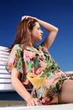 Mujer joven que se reclina sobre la playa. Foto de archivo libre de regalías