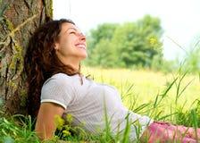 Mujer joven que se relaja al aire libre Imágenes de archivo libres de regalías