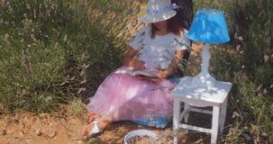 Mujer joven que se relaja debajo del árbol metrajes