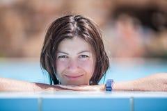 Mujer joven que se relaja en el agua Fotografía de archivo