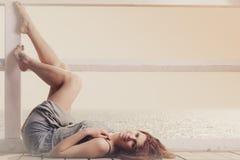Mujer joven que se relaja en el embarcadero al aire libre imagenes de archivo