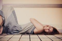 Mujer joven que se relaja en el embarcadero al aire libre fotos de archivo