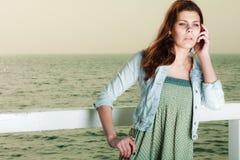 Mujer joven que se relaja en el embarcadero al aire libre fotografía de archivo