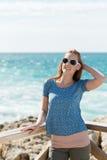 Mujer joven que se relaja en el mar Fotos de archivo libres de regalías