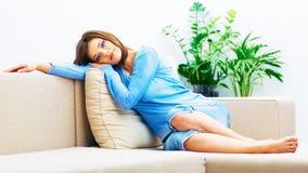 Mujer joven que se relaja en el país Imagen de archivo