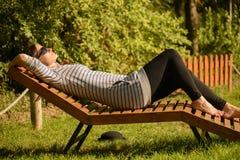 Mujer joven que se relaja en el parque Fotos de archivo