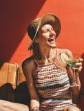 Mujer joven que se relaja en el sol Fotos de archivo