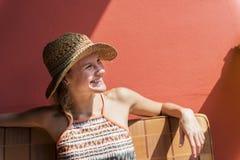Mujer joven que se relaja en el sol Imágenes de archivo libres de regalías