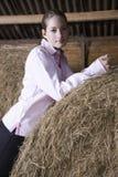 Mujer joven que se relaja en granero Fotografía de archivo