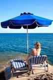 Mujer joven que se relaja en la playa. Foto de archivo libre de regalías