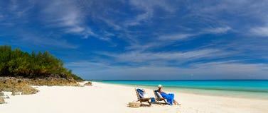 Mujer joven que se relaja en la playa Imagen de archivo