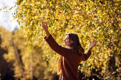 Mujer joven que se relaja en parque del otoño Fotografía de archivo