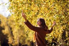 Mujer joven que se relaja en parque del otoño Imagen de archivo